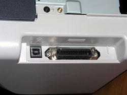 HP LaserJet 1015 , как старший принтер семейства оснащен двумя разъемами - USB 2.0 и параллельного порта