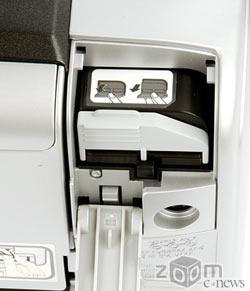 Батарея вставляется с задней части принтера