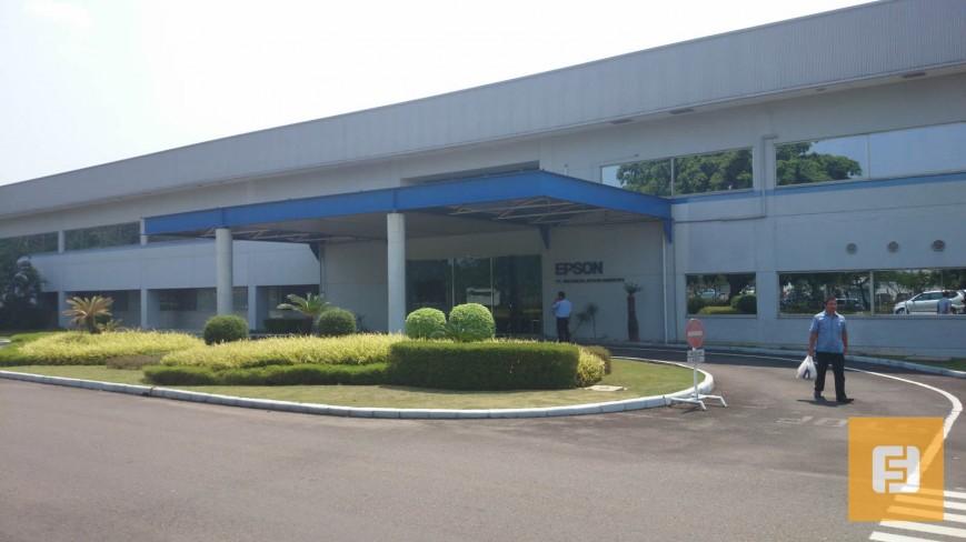 У входа на фабрику Epson в Индонезии
