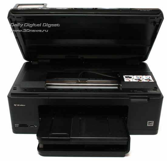 HP Photosmart Plus b209a-m. Вид общий. Поднят модуль сканера