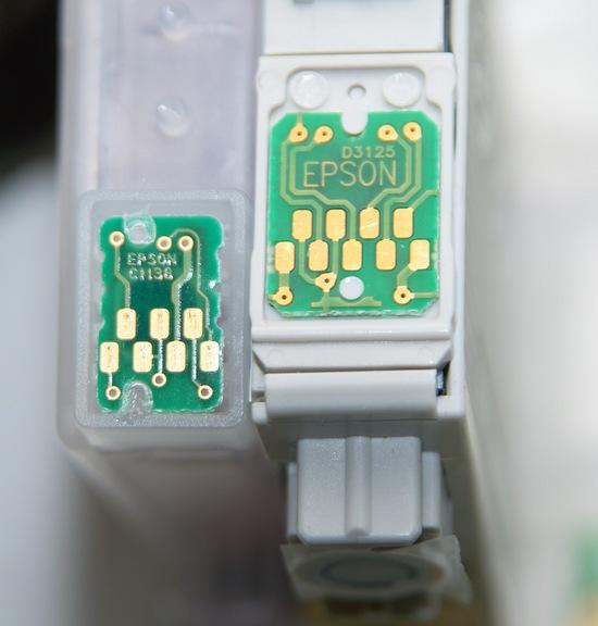 Слева – картридж с 7-контактным чипом от Epson, справа – с 9-контактным