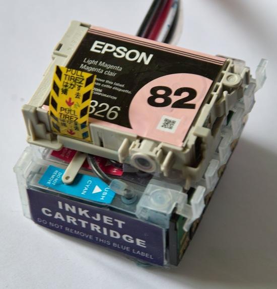 СНПЧ китайского производства. В печатающую головку принтера вставляется блок картриджей, сверху в специальное посадочное место – родной картридж от Epson