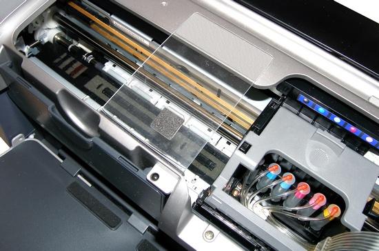 Принтер R300 с установленной капсульной системой подачи чернил. Много места, есть где проложить шлейф, не снимая крышки печатающей головки